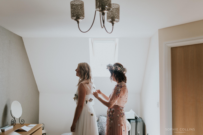brides sister dressing brid